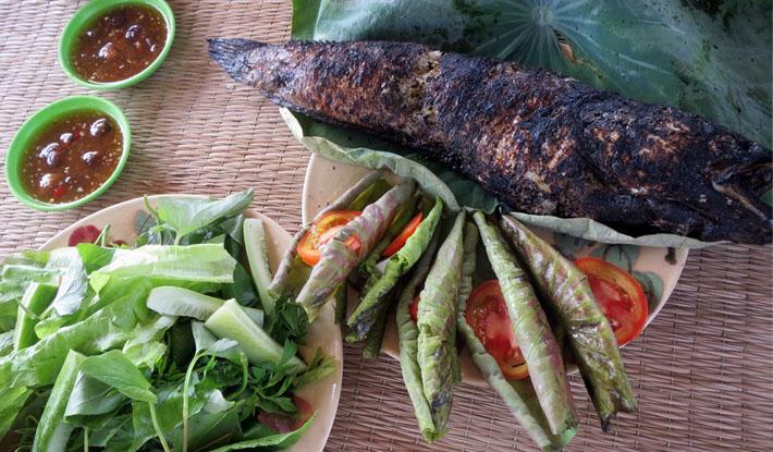 Cá lóc nướng trui cuốn lá sen non, đặc sản miền tây Nam bộ