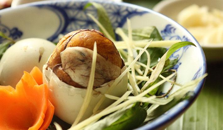 Những món ăn kinh dị nhất của Việt Nam trong mắt du khách Tây